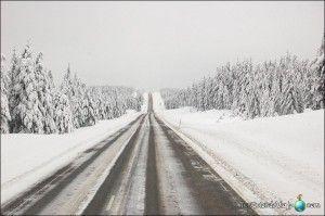 Carreteras heladas del círculo polar ártico