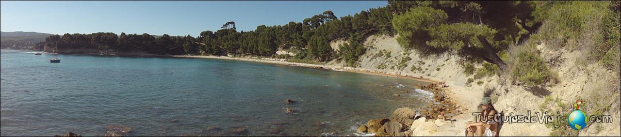 Playa con aguas cristalinas en Cassis