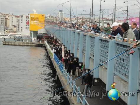 Cientos de pescadores sobre el puente Galata